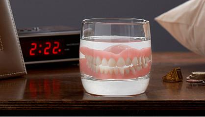 Limpiar la dentadura postiza